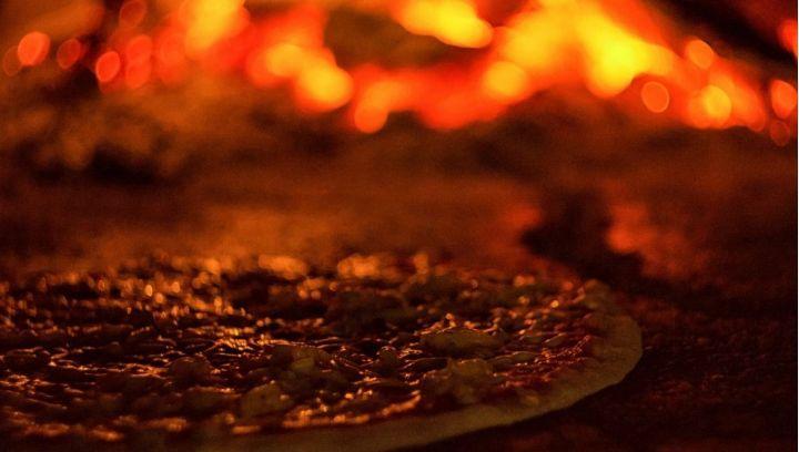 Pyszna pizza z pieca opalanego drewnem